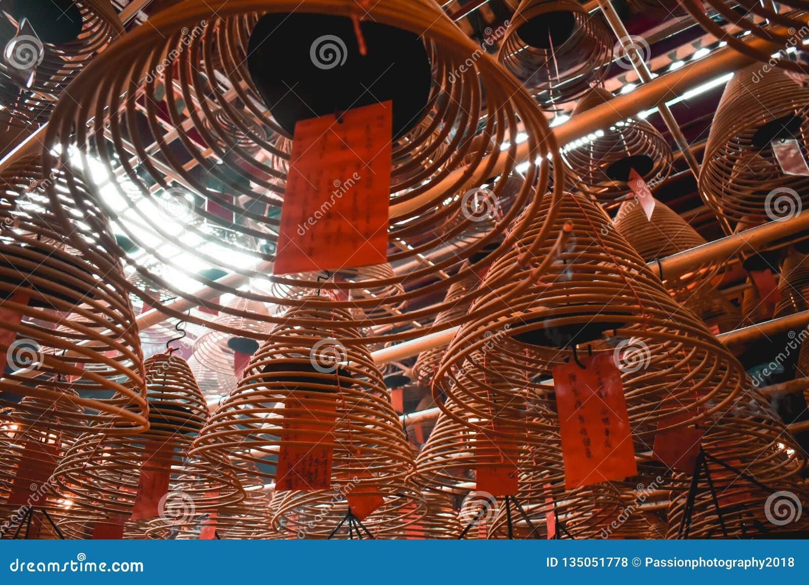 Boeddhistische bruine spiraalvormige brandende stokken bij de Man Mo Temple