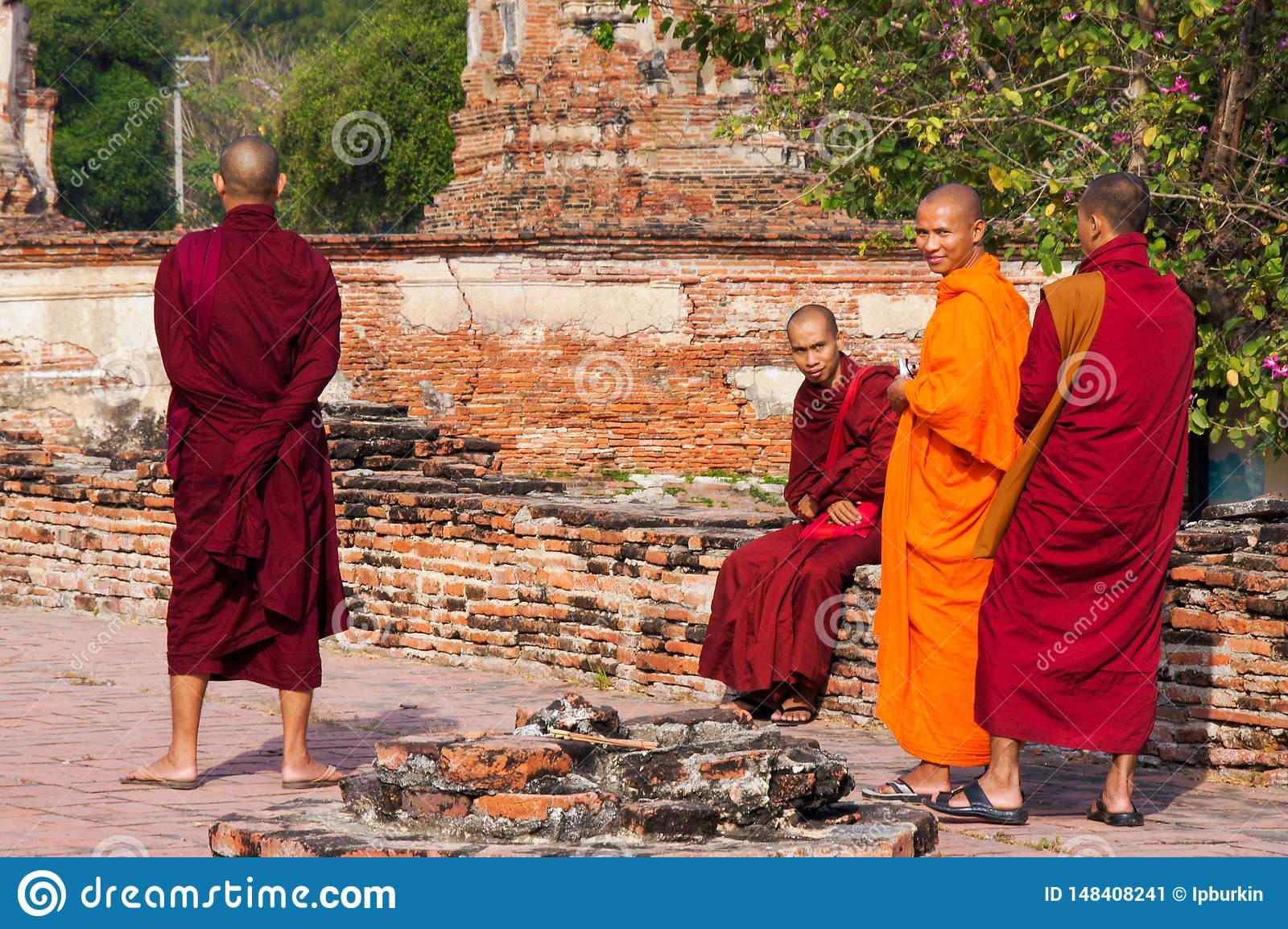 Boeddhistische monniken die in lange robes in het Park in Thailand lopen