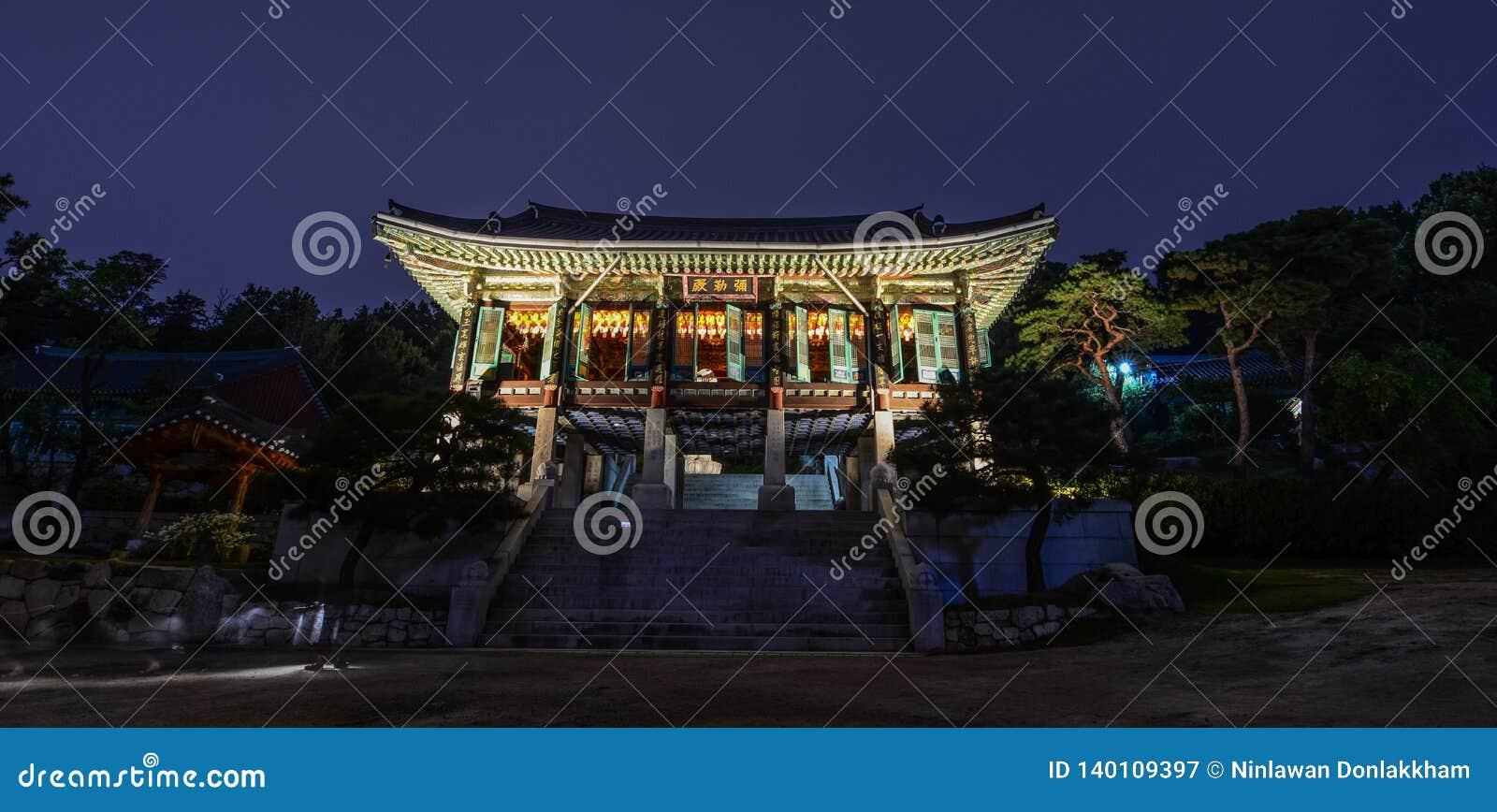 Boeddhistische tempelpagode bij nacht in Seoel