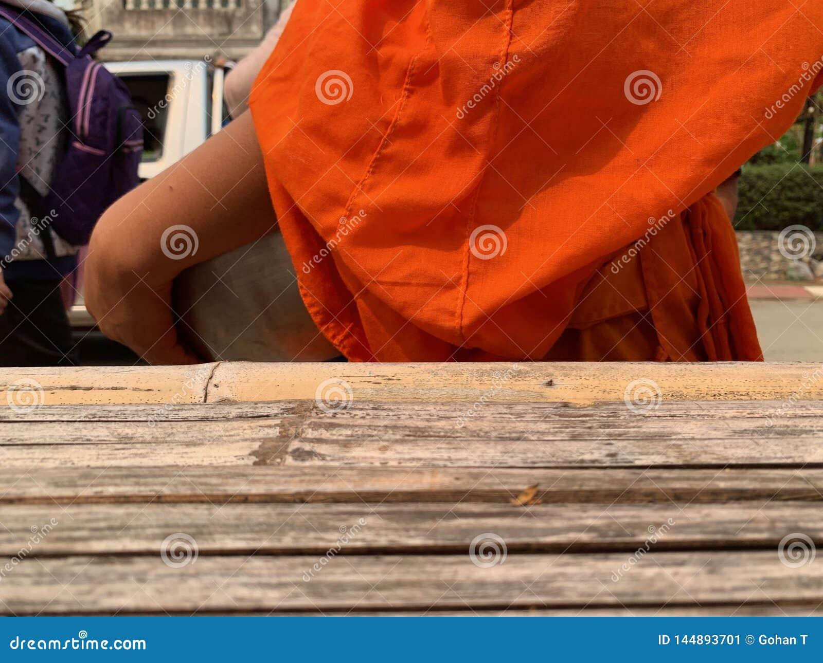 Boedha die oranje robes dragen, lopend aalmoes