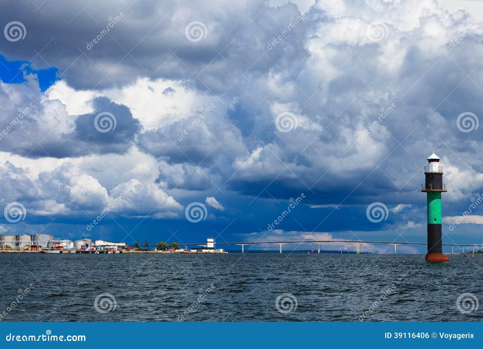 Boei. Oresundsbron. Van de verbindingsdenemarken Zweden van de Oresundbrug de Oostzee.
