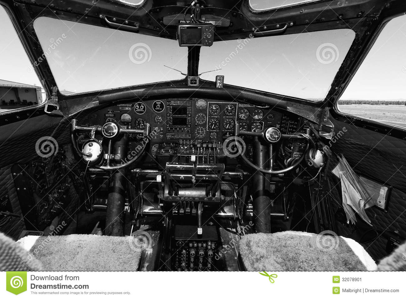 Download Boeing B-17 Flying Fortress Editorial Photo - Image of experimental, b: 32078901