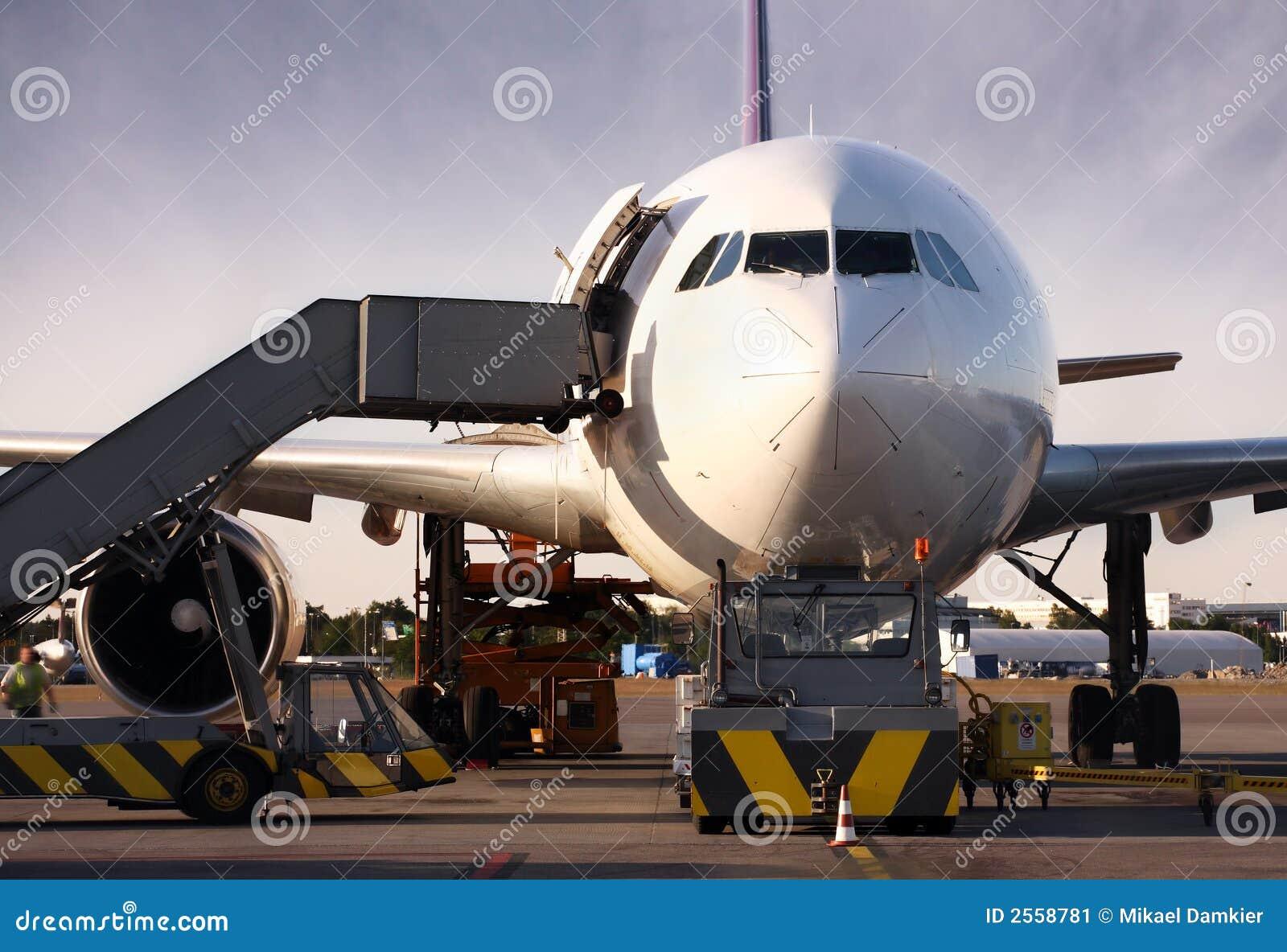 Boeing, das mit Ladung geladen wird
