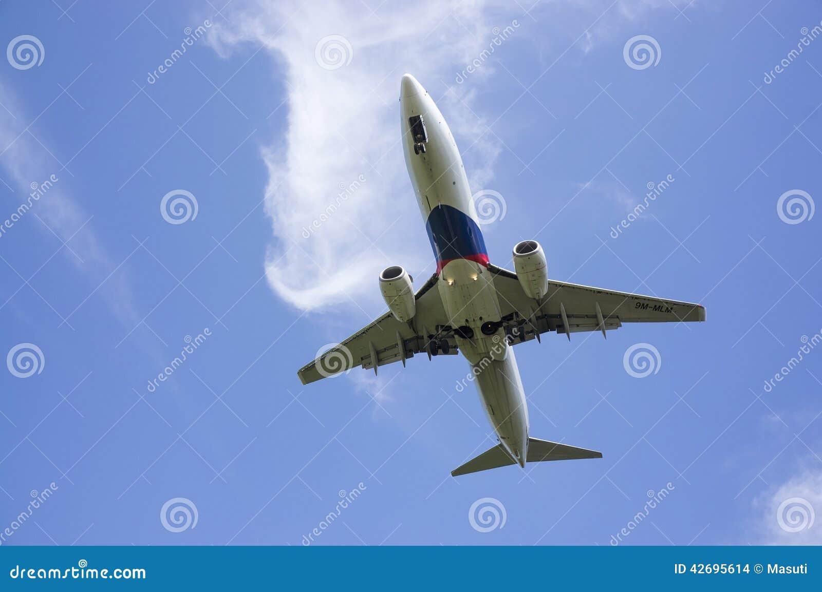 Boeing 737 som är klar för att landa