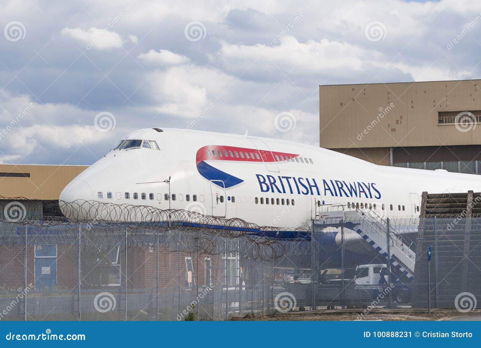 Boeing 747 wacht in de hangaar