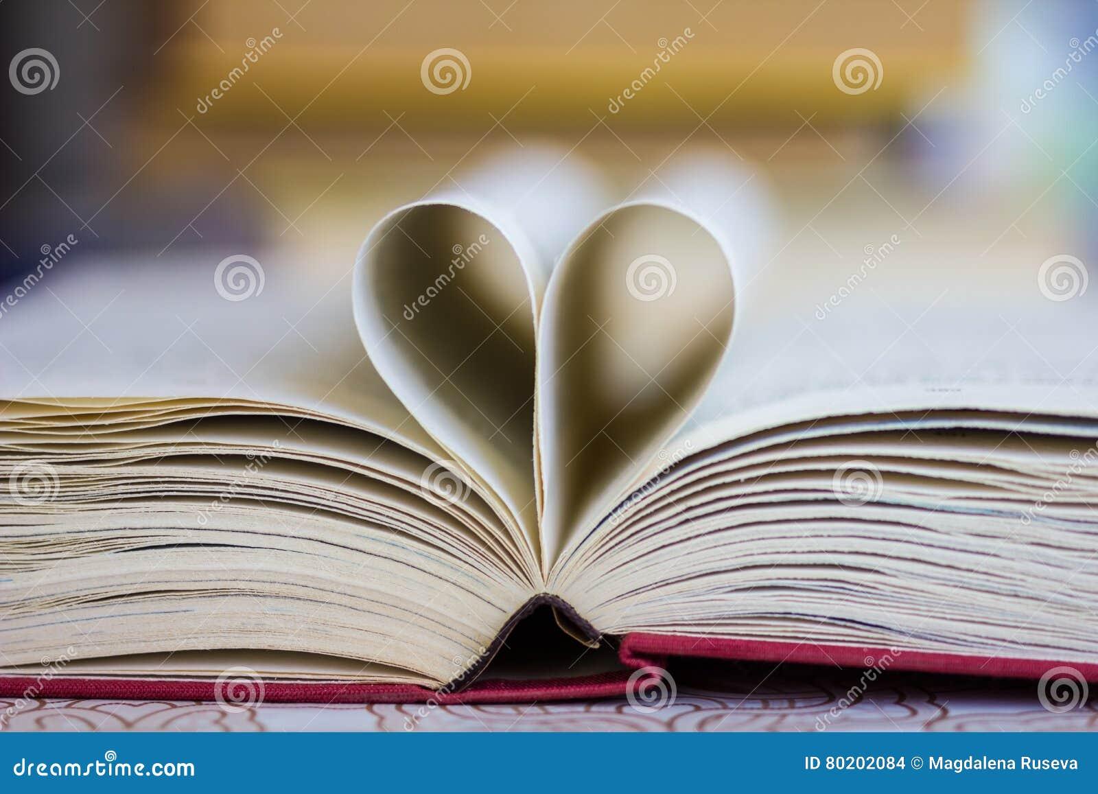 Boek met hart gestalte gegeven pagina s