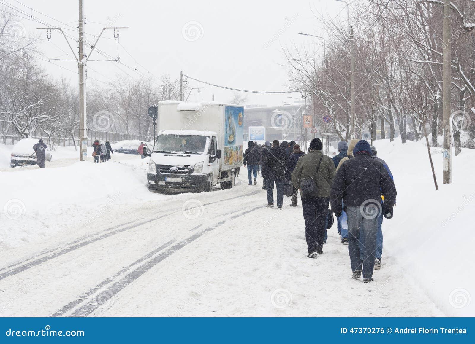 BOEKAREST - FEBRUARI 13: De zware sneeuwval van bijna 60 cm (2 voet) heeft op 13 Februari, 2012 het verkeer verlamd