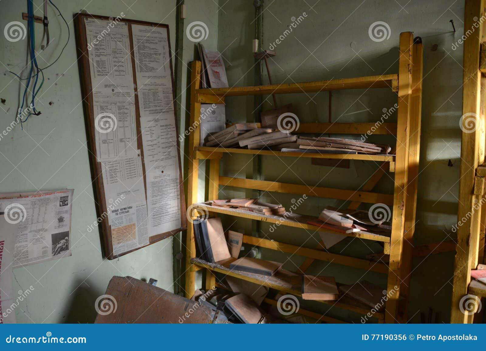 Boekenplank Met Boeken.Boekenplank Met Boeken Stock Foto Afbeelding Bestaande Uit Cooling
