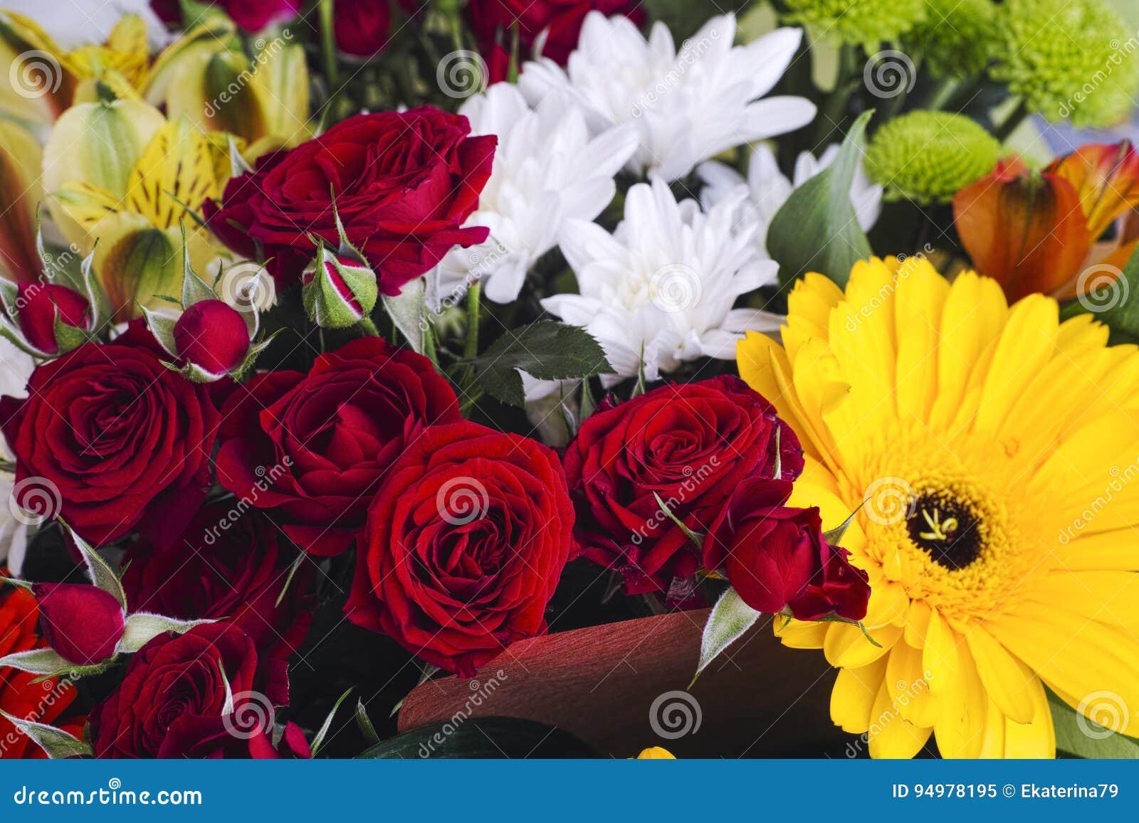 Boeket met donkerrode rozen, witte chrysanten en gerberas