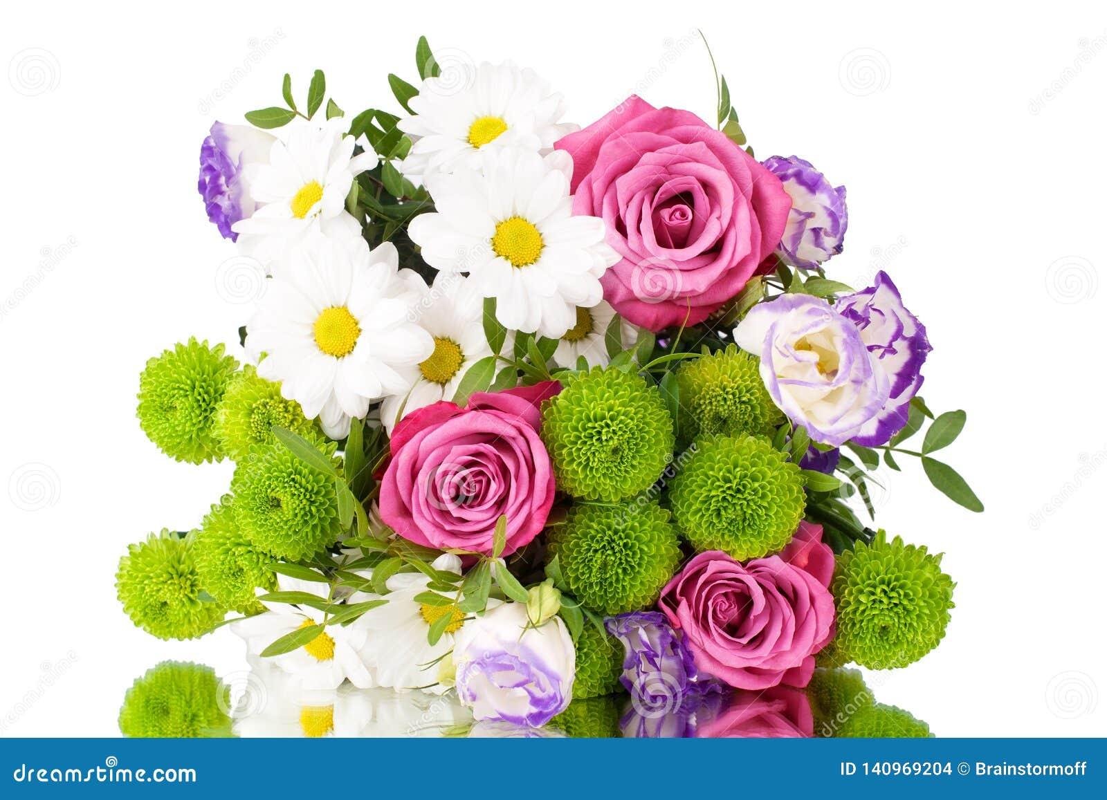 Boeket van bloemen roze rozen, witte chrysanten met groene bladeren op witte dicht omhoog geïsoleerde achtergrond
