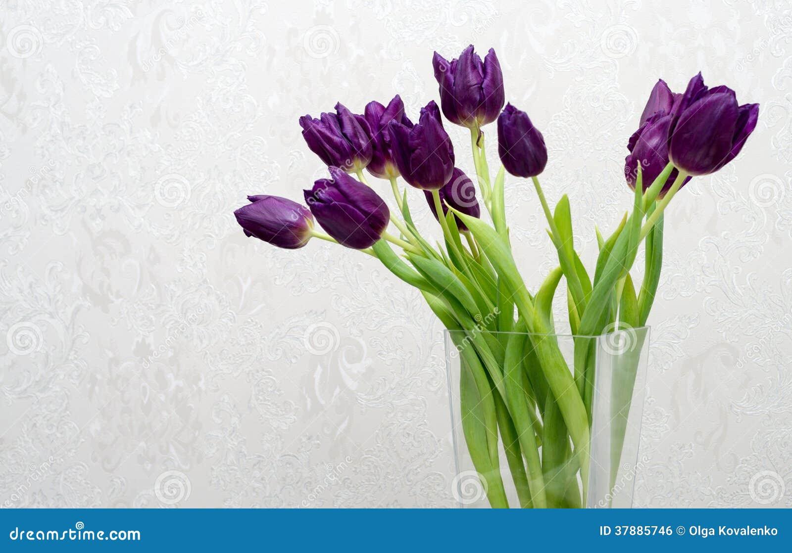 Boeket van purpere tulpen in een vaas