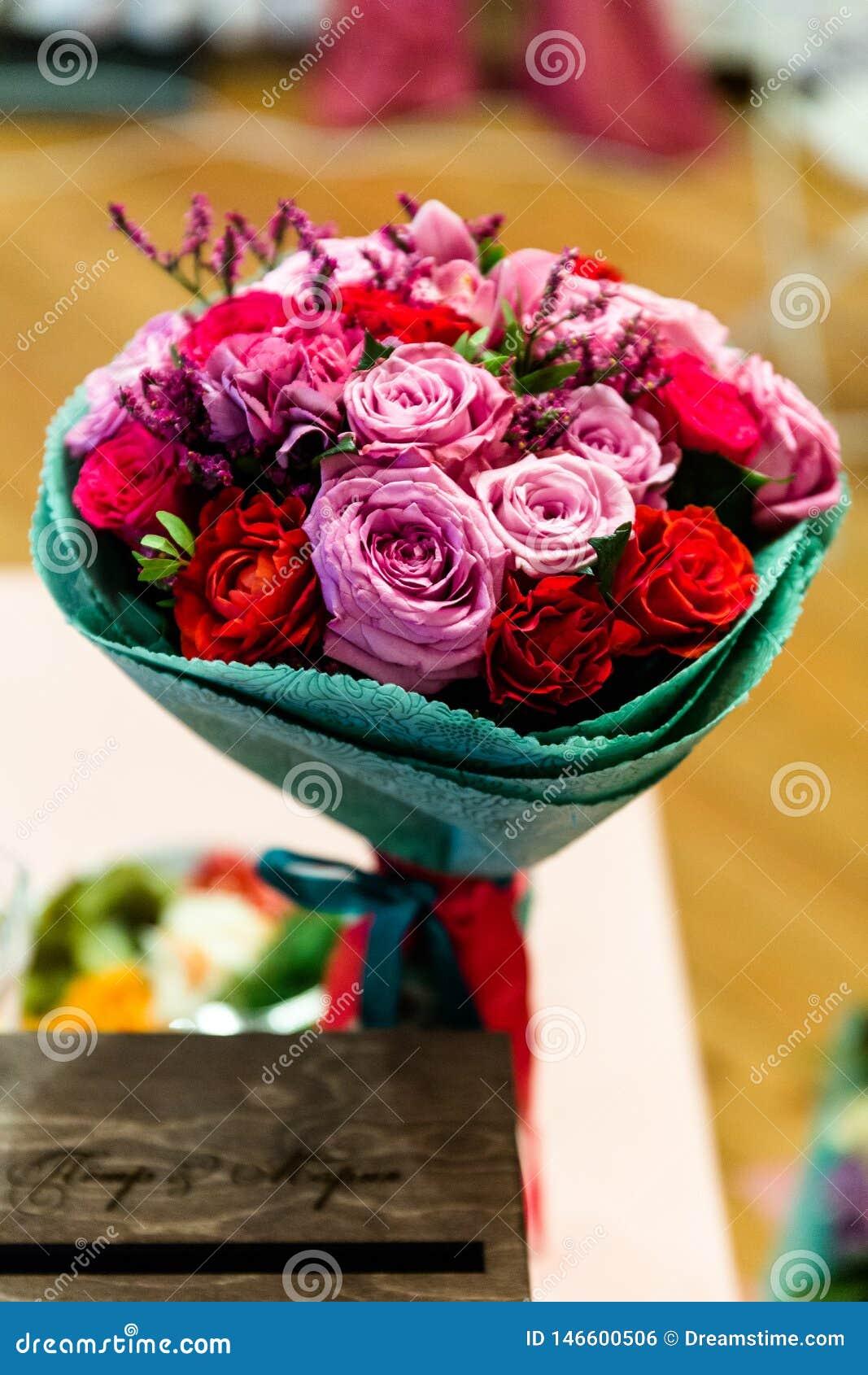 Boeket van rode en roze rozen
