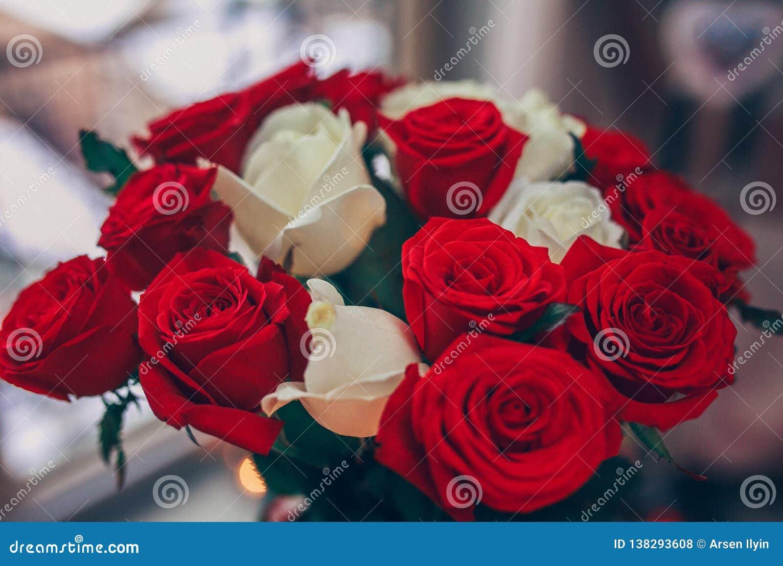 Boeket van rode en witte rozen