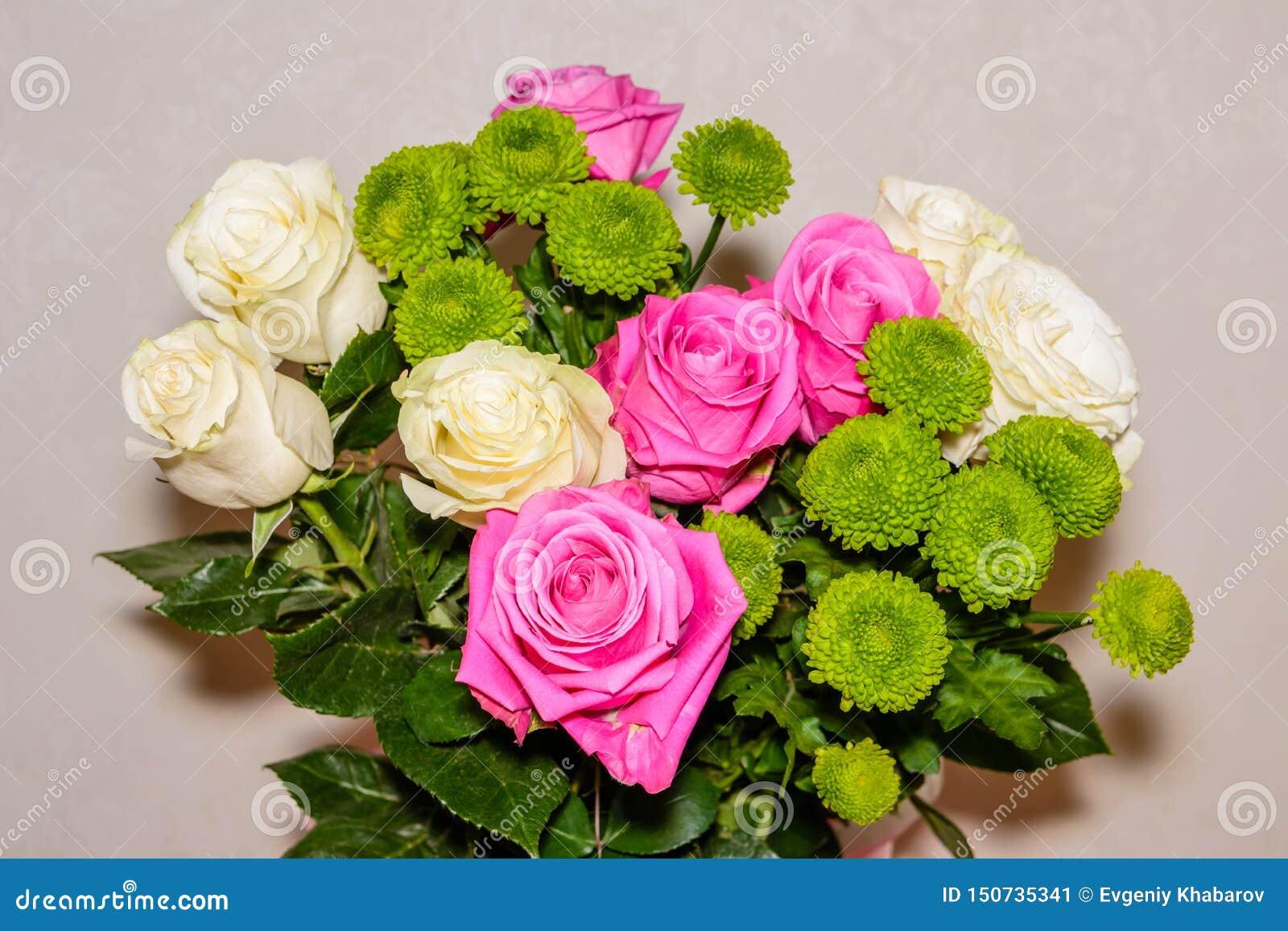 Boeket van rode, witte rozen en chrysanten