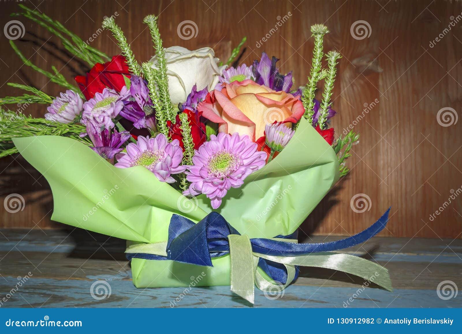 Boeket van rode witte rozen en purpere chrysanten