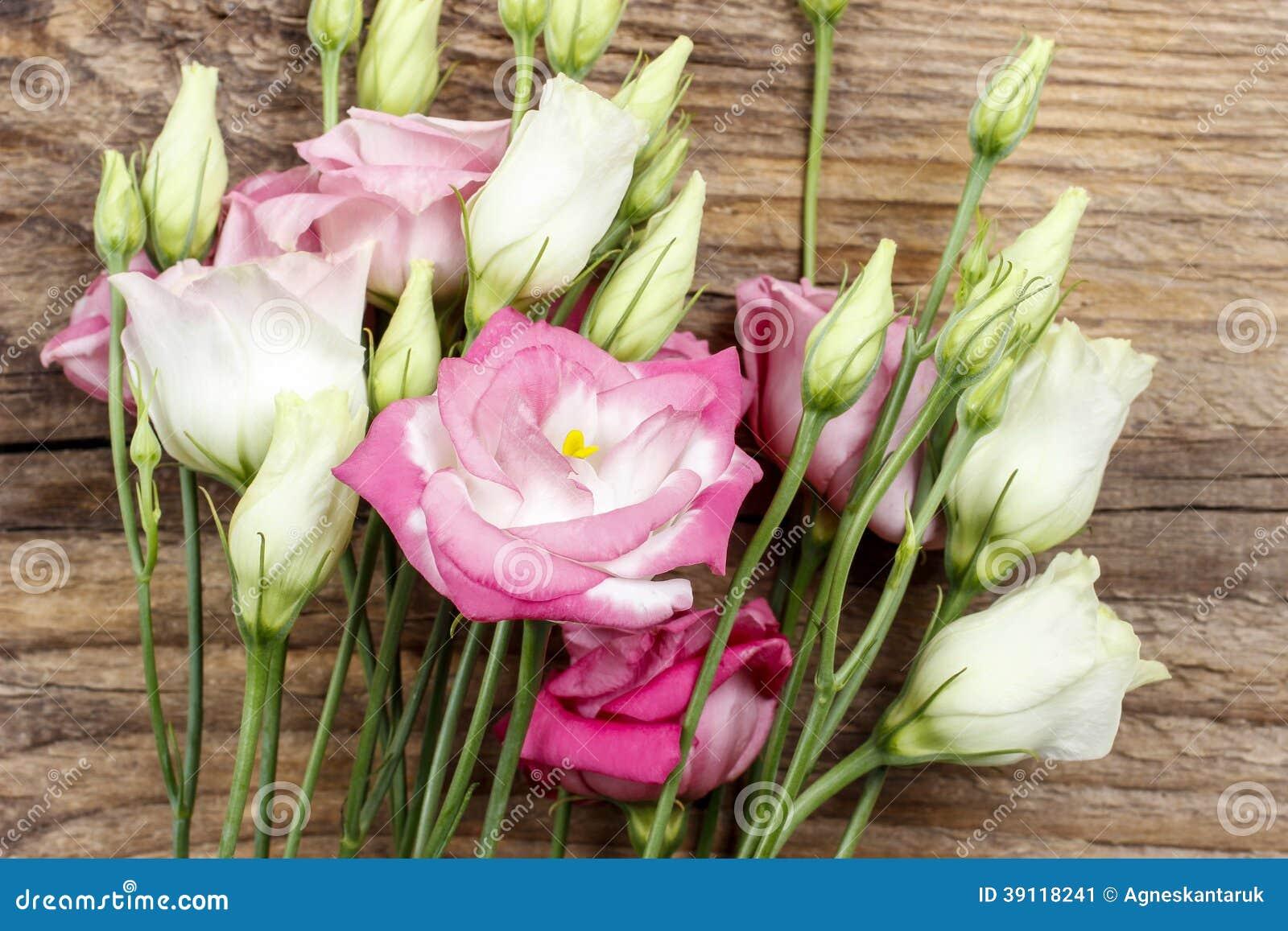 Boeket van roze eustomabloemen