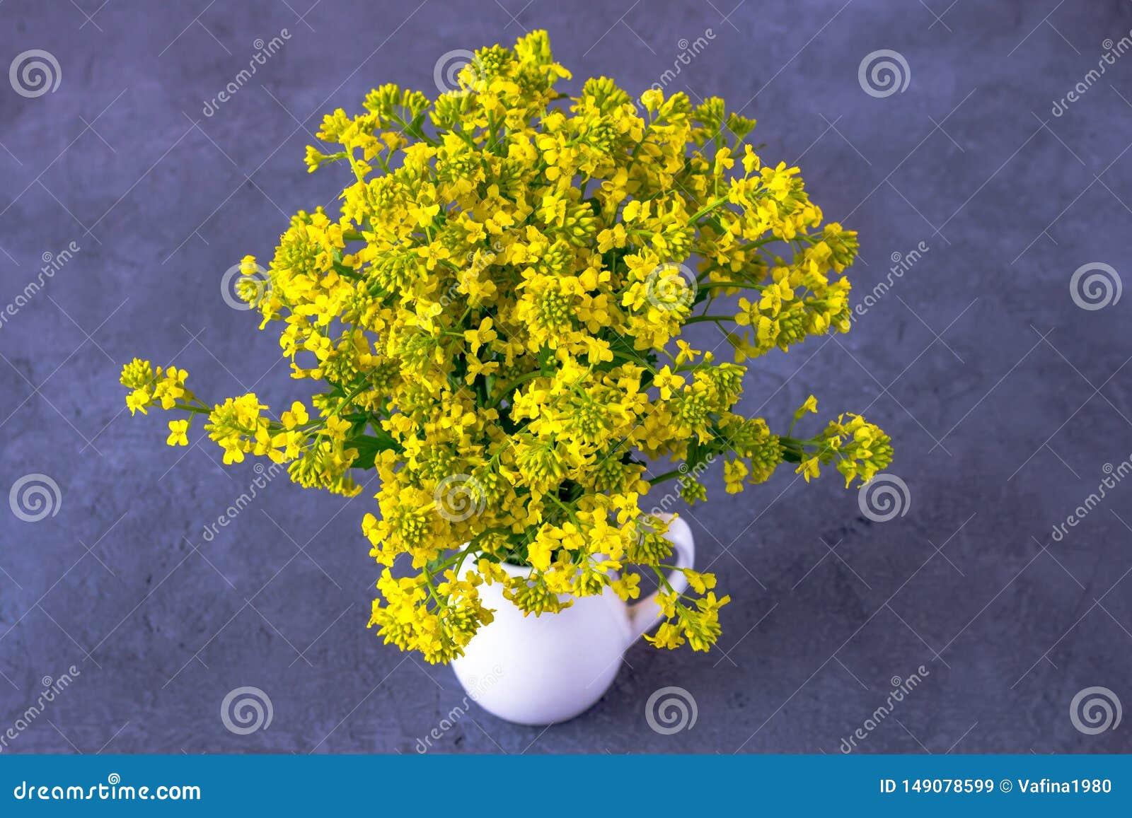 Boeket van wilde bloemen in een vaas