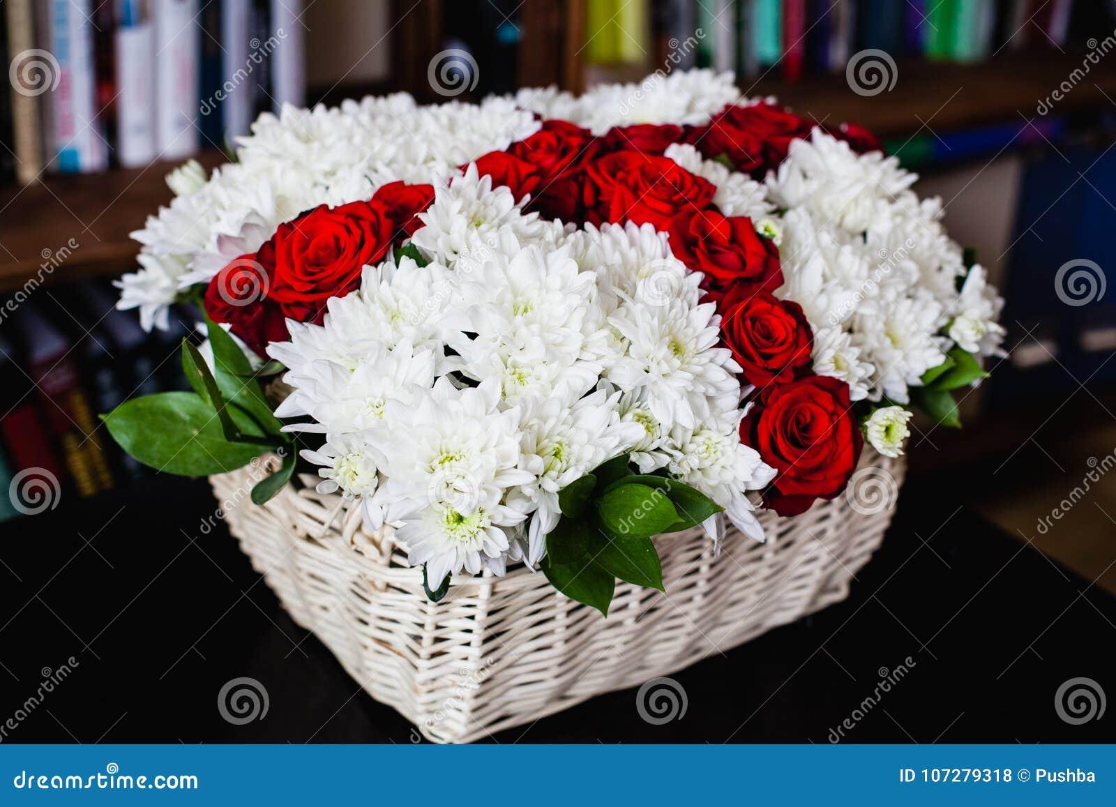 Boeket van witte chrysanten en rode rozen