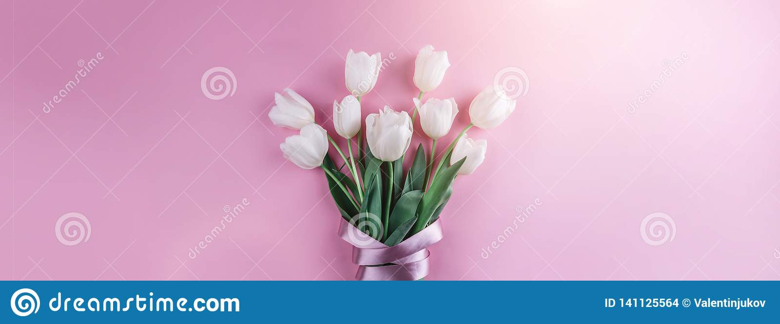 Boeket van witte tulpenbloemen op roze achtergrond Kaart voor Moedersdag, 8 Maart, Gelukkige Pasen Het wachten op de lente