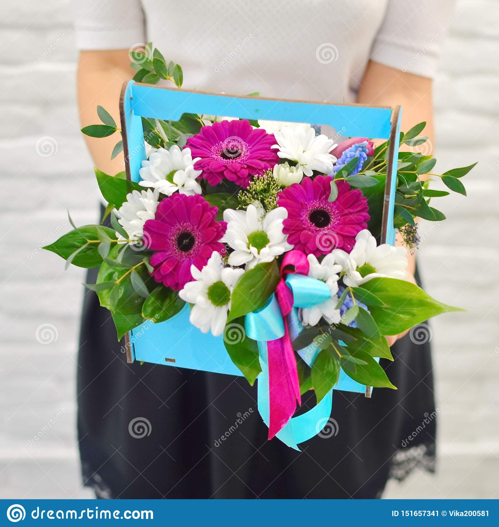 Boeket van zachte bloemen in blauwe woodwndoos