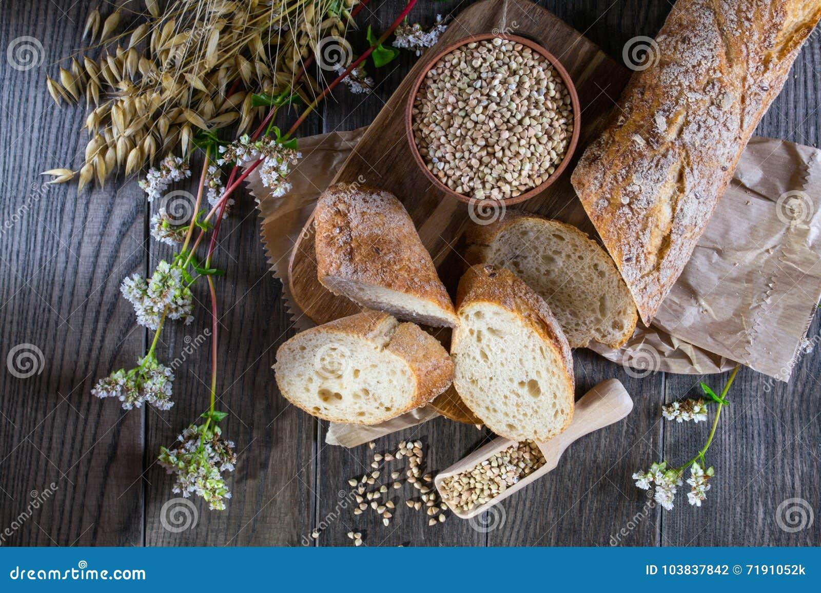 Boekweitbrood, Franse baguette en stelen van tarwe, haver, boekweit