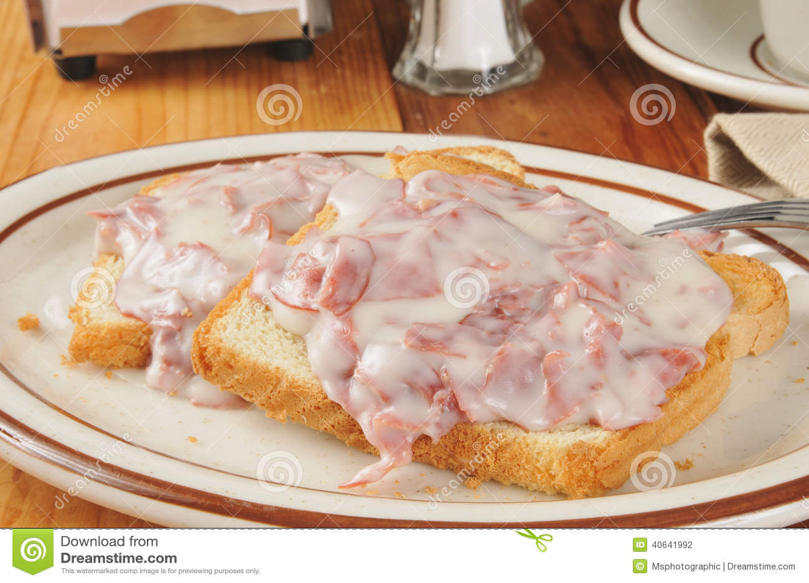 Boeuf ébréché sur le pain grillé