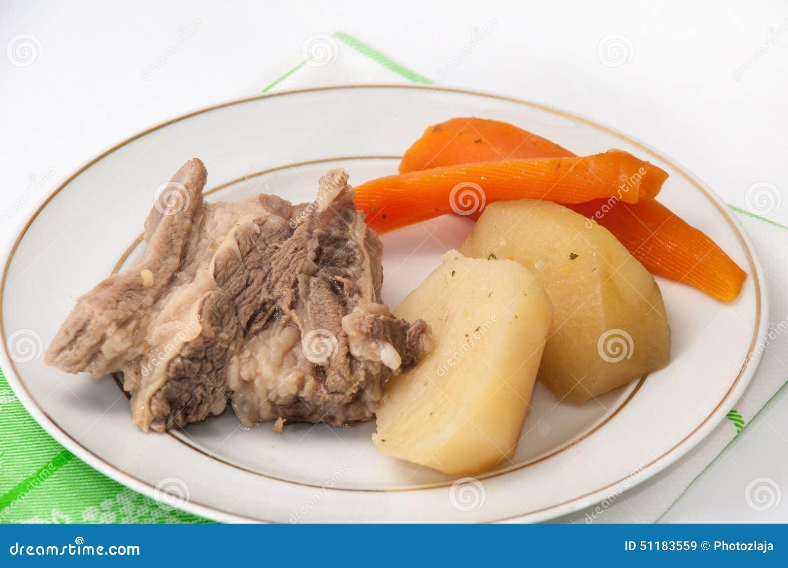 boeuf bouilli avec les pommes de terre et les carottes bouillies d 39 un plat photo stock image. Black Bedroom Furniture Sets. Home Design Ideas