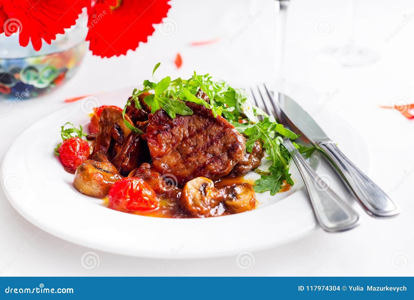 Boeuf rare moyen de bifteck juteux avec des épices et des légumes grillés