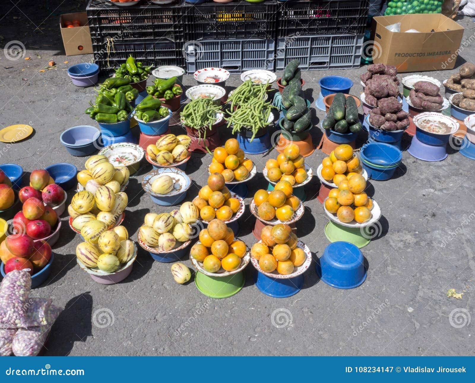 Bogata oferta owoc, warzywa i mięsa, Quito rynek, Quito, Ekwador