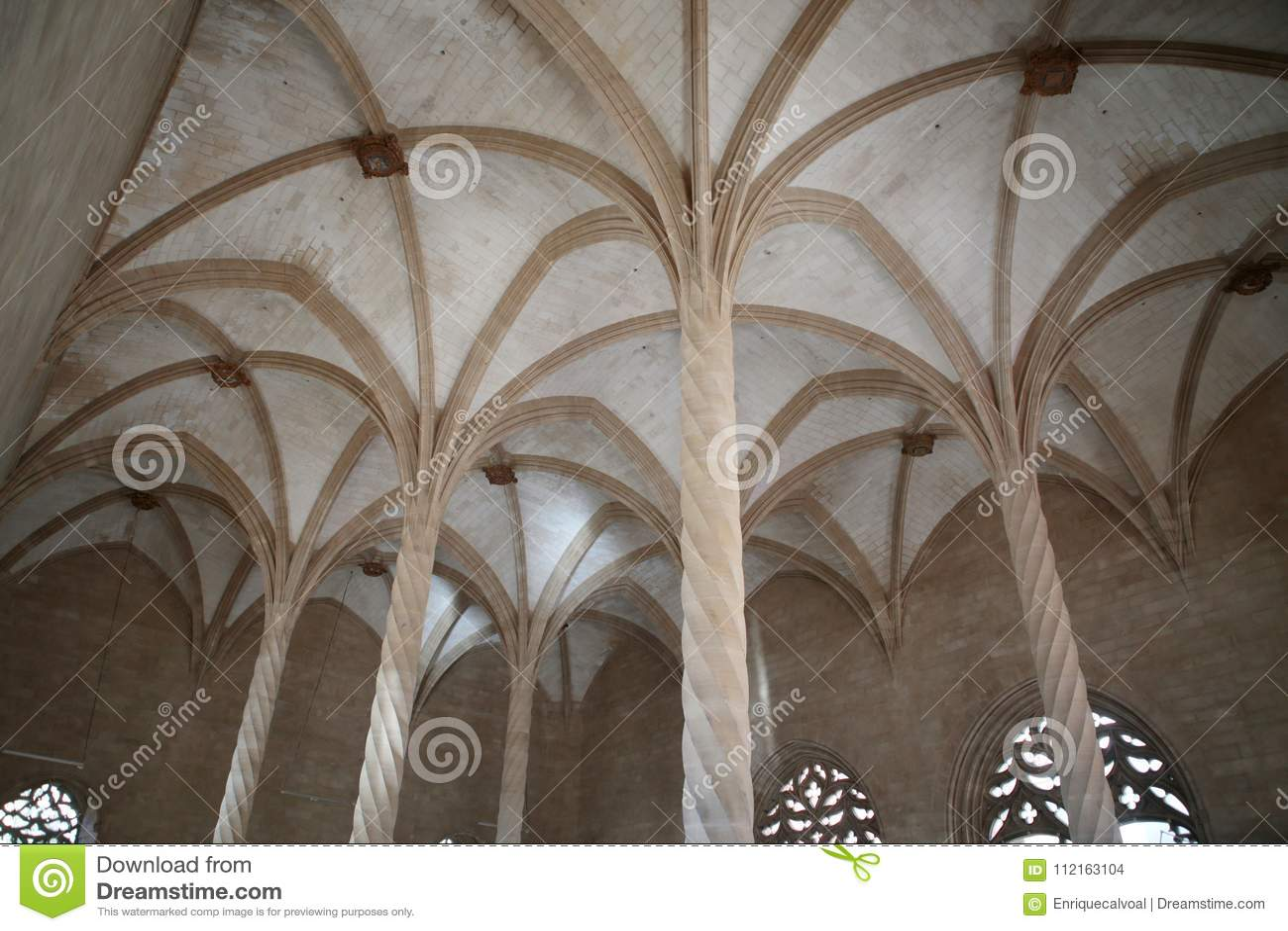 Bogen en kolommen binnen historische fishmarket van Palma de Mallorca