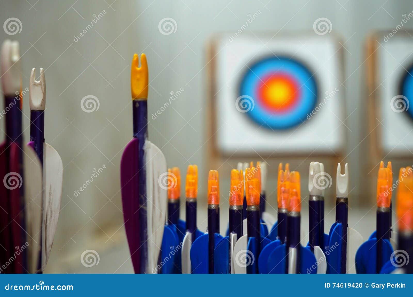 Bogenschießenpfeile mit Zielen herein aus Fokushintergrund heraus