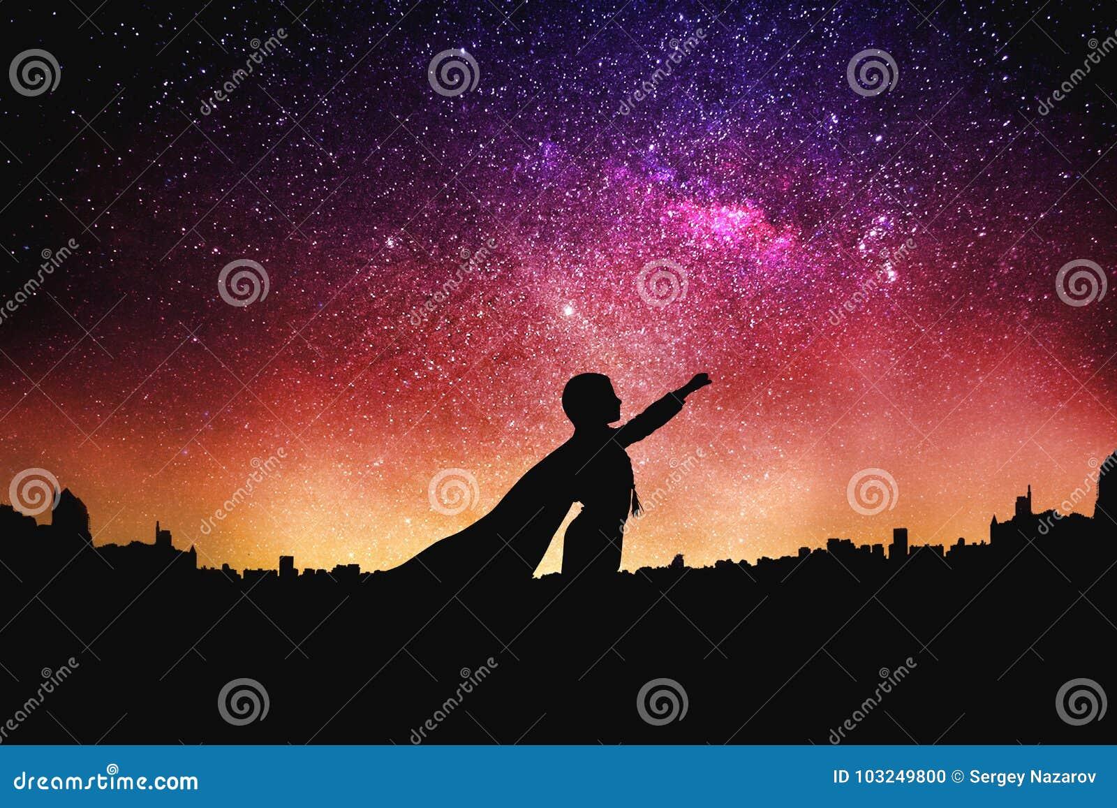Bohater sylwetka przy nocy nieba gwiaździstym tłem