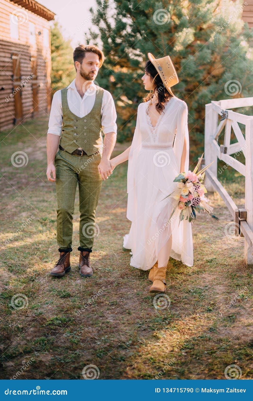 Boho-ähnliche Jungvermählten gehen auf Ranch, Sommertag