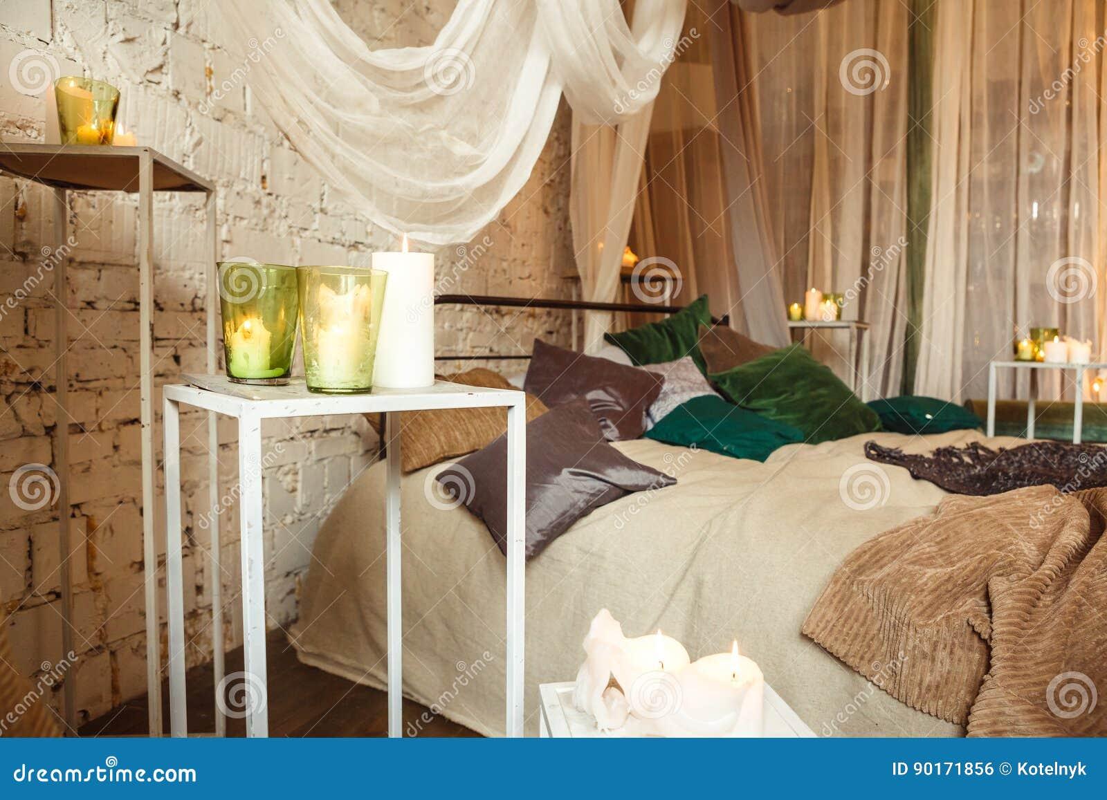Slaapkamer Kleuren Grijs : Boho binnenlandse slaapkamer met gordijnen stock foto afbeelding