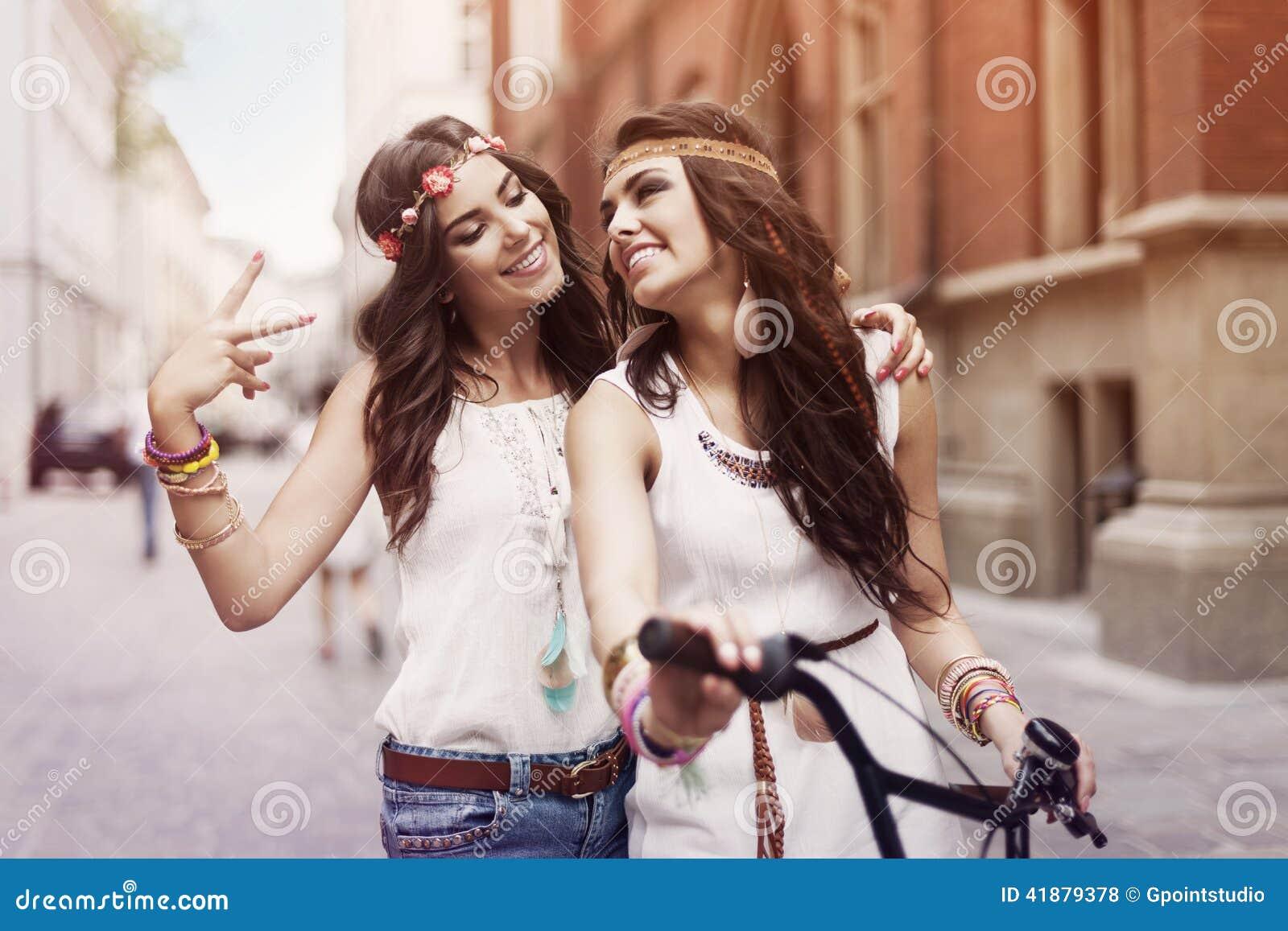 Boho-Mädchen mit Fahrrad