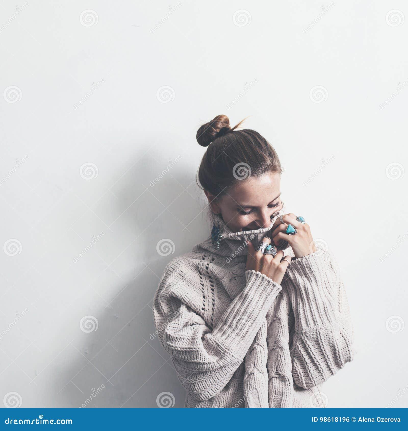 Boho-Schmuck und woolen Strickjacke auf Modell