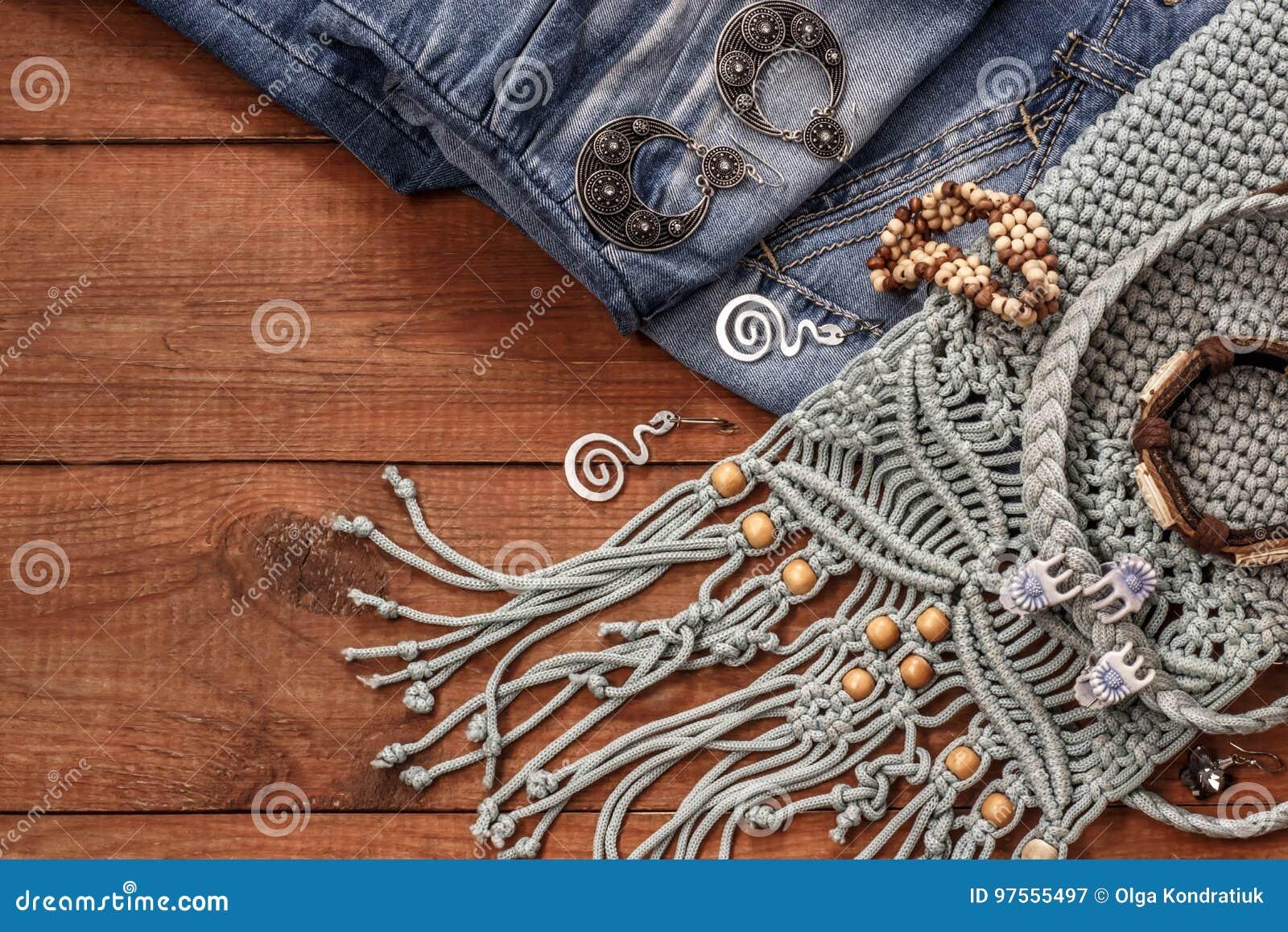 Boho stil- och hippietyger, armband, halsband, jeans