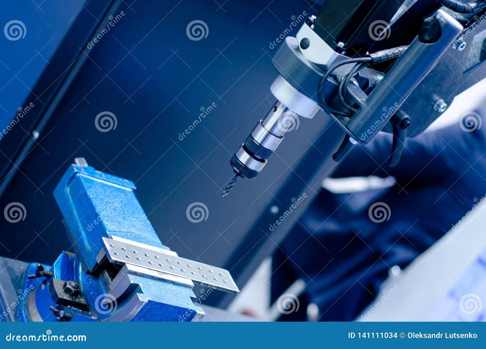 Bohrmaschine in der Tätigkeit
