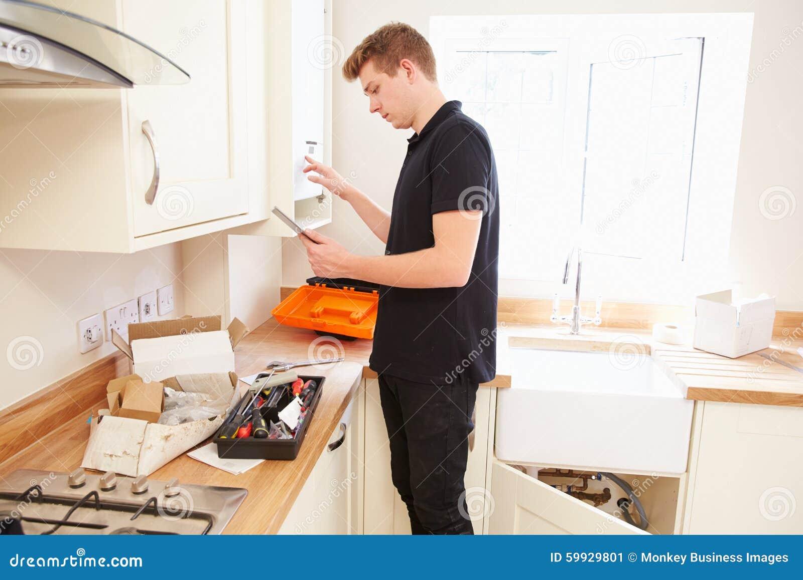 Boiler de service de technicien dans la cuisine utilisant for Cuisine 3d tablette