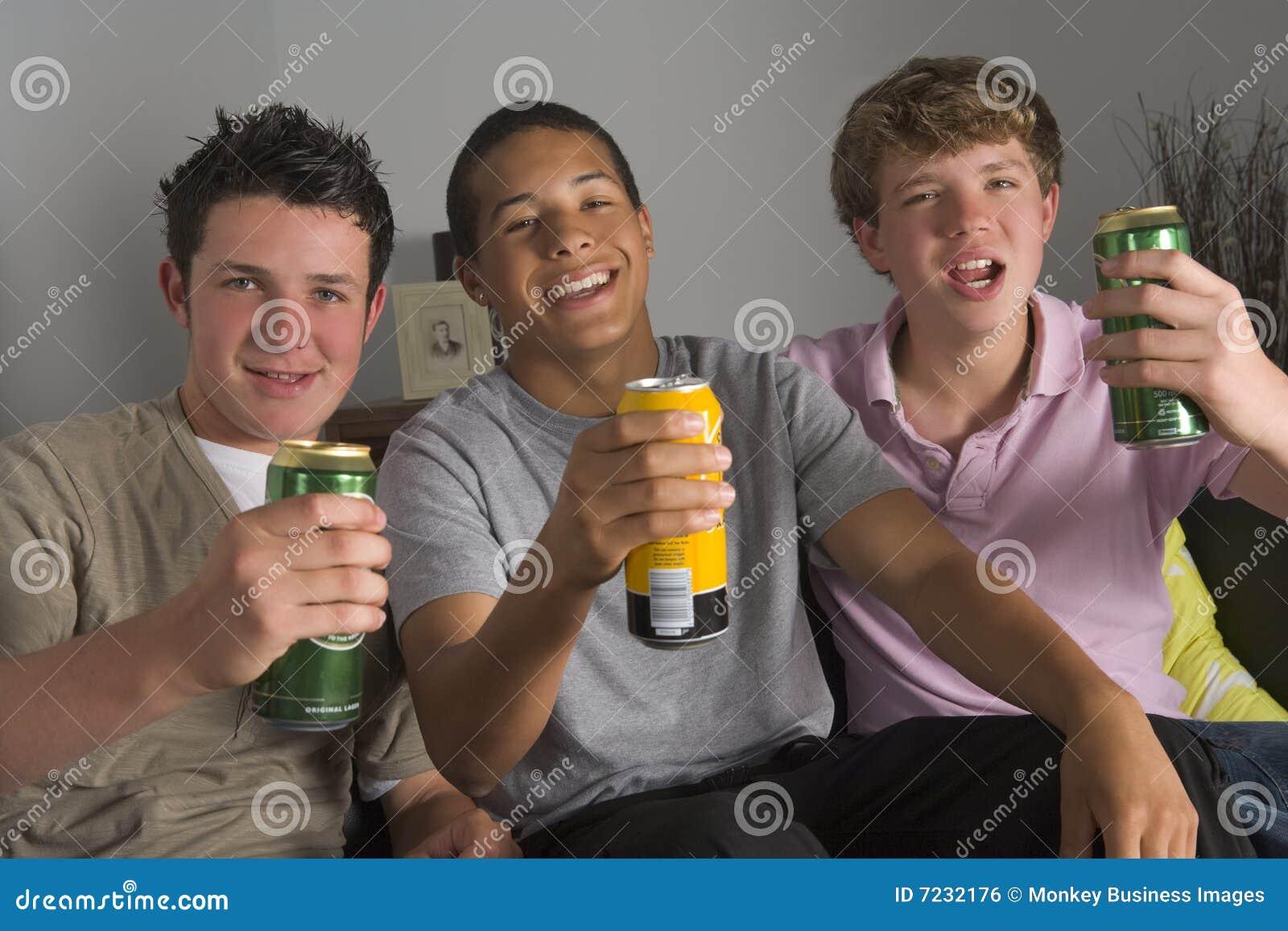 Boire de garçons de bière d adolescent