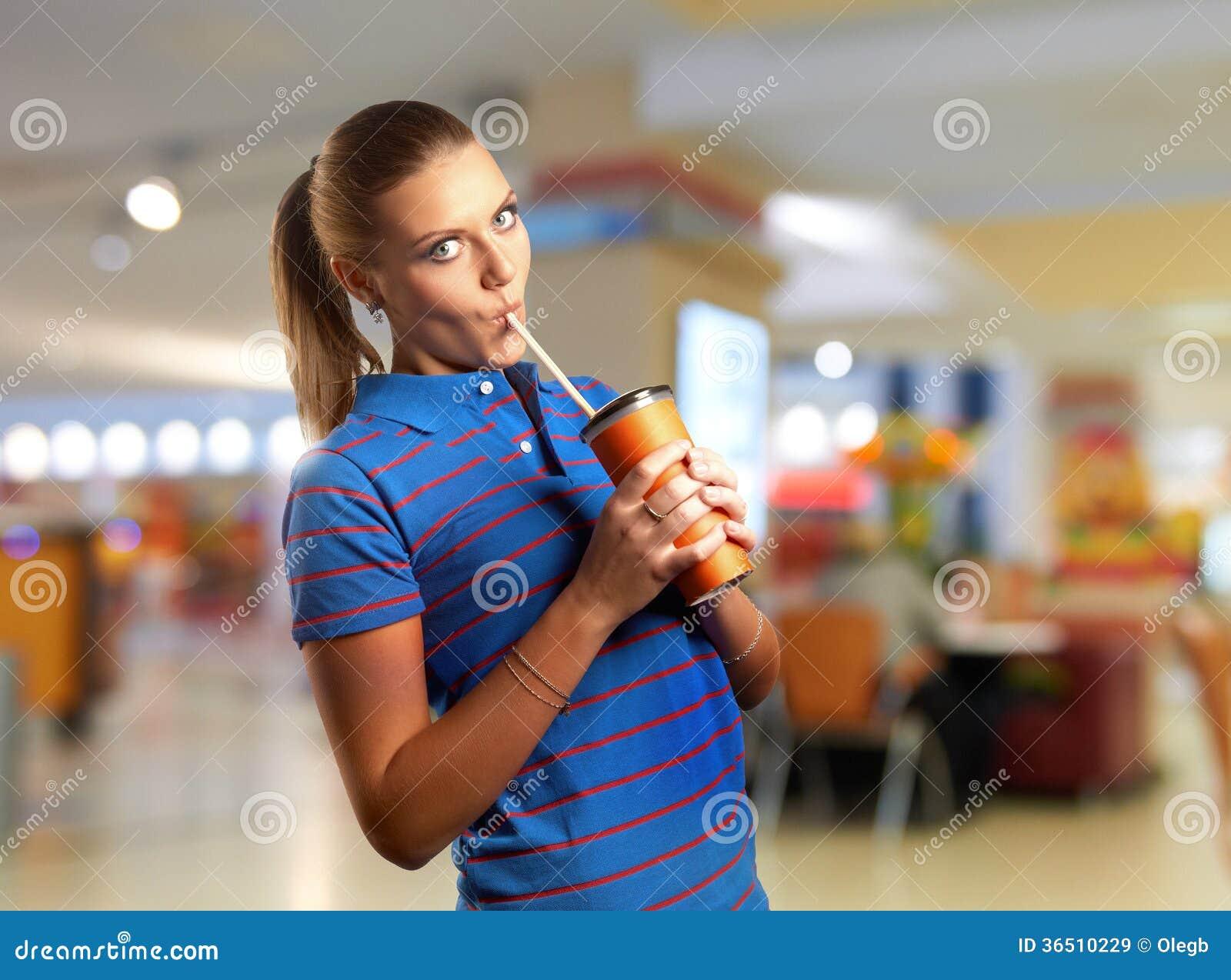 Boire de jeune femme