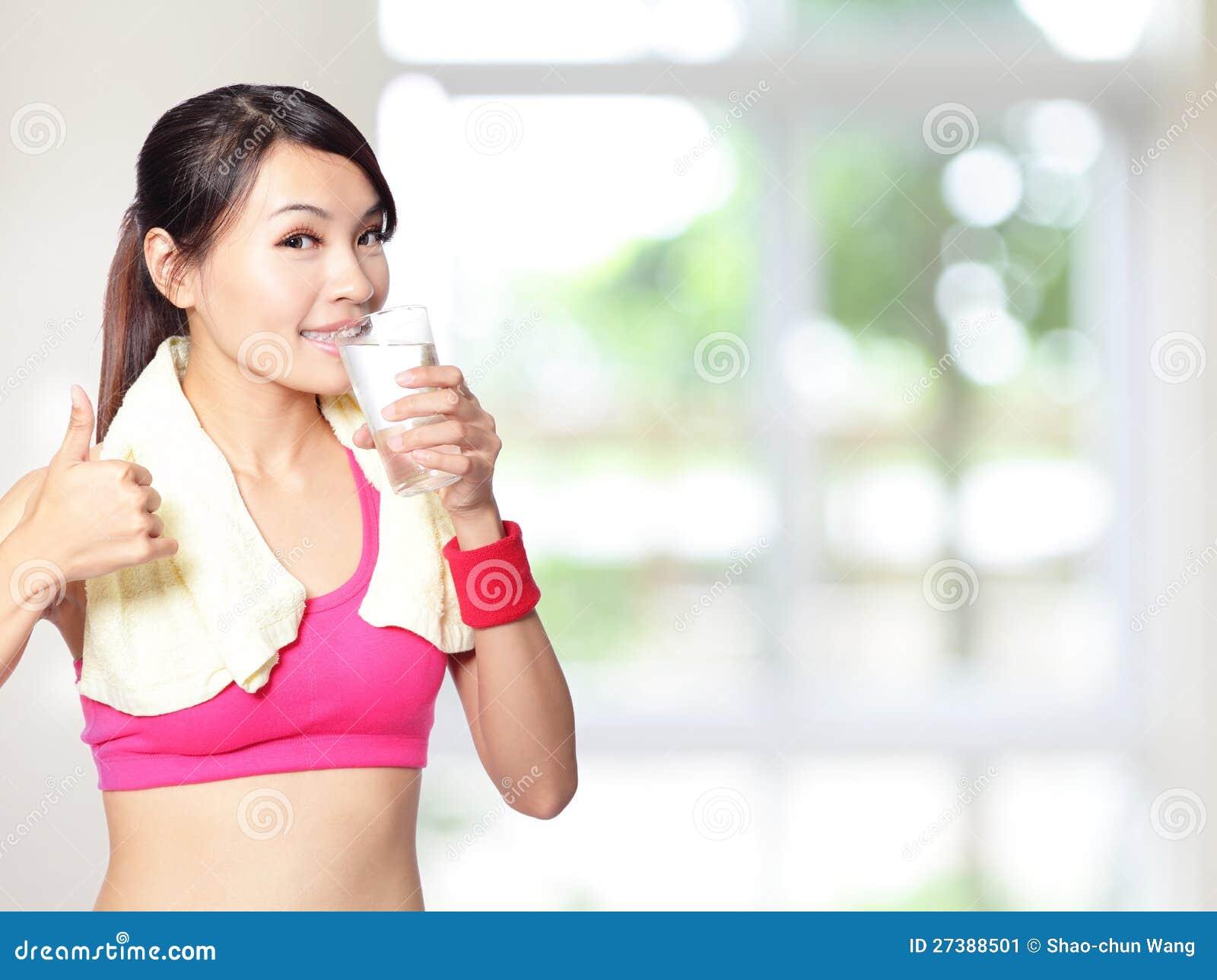 Boire et pouce de fille de sport vers le haut