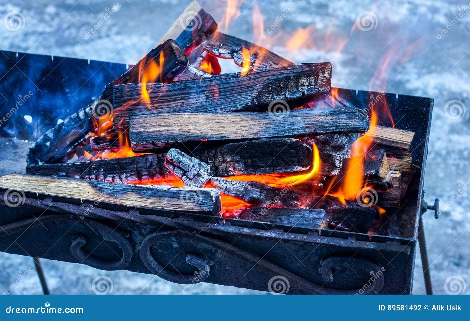bois brûlant dans le brasero préparation pour faire cuire le