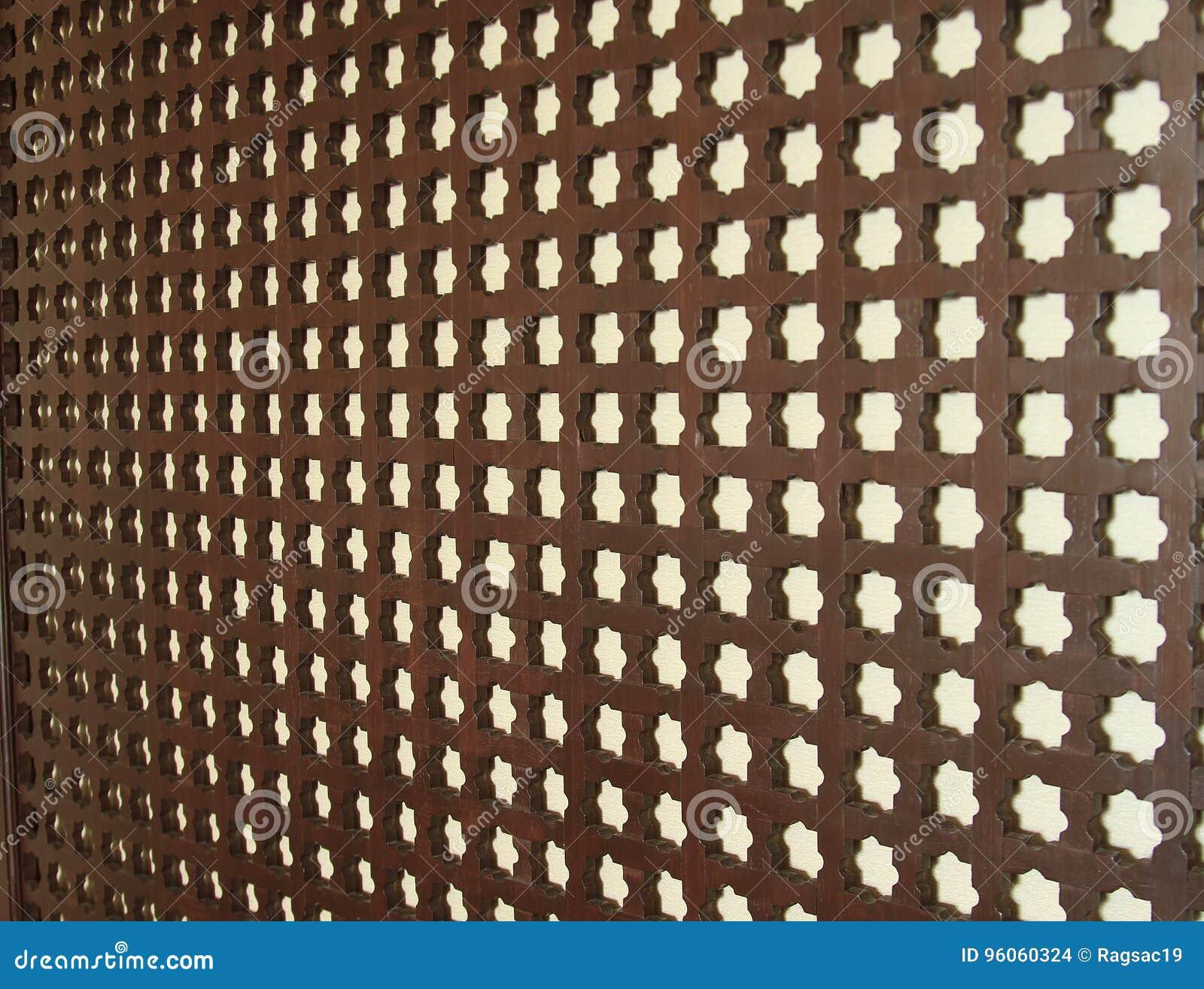 Bois découpant sur le mur