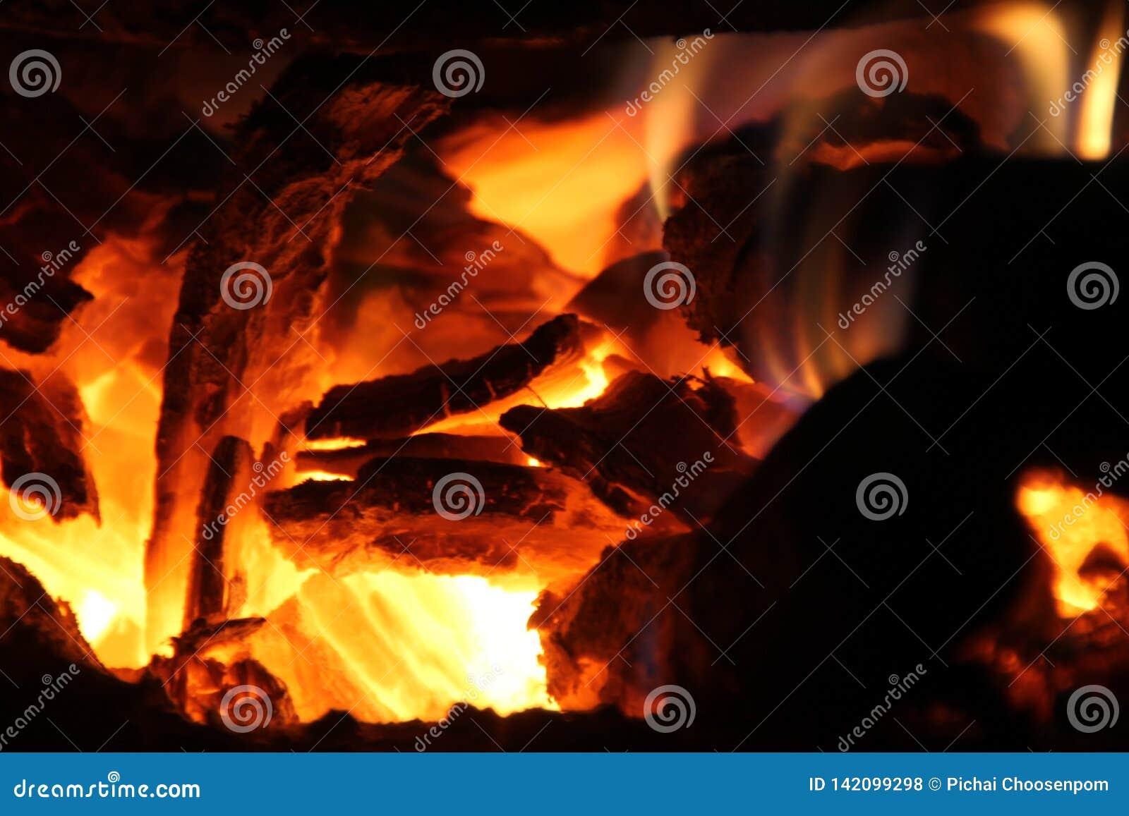 Bois de chauffage brûlant dans le fourneau pour faire cuire, braises, charbons rougeoyants