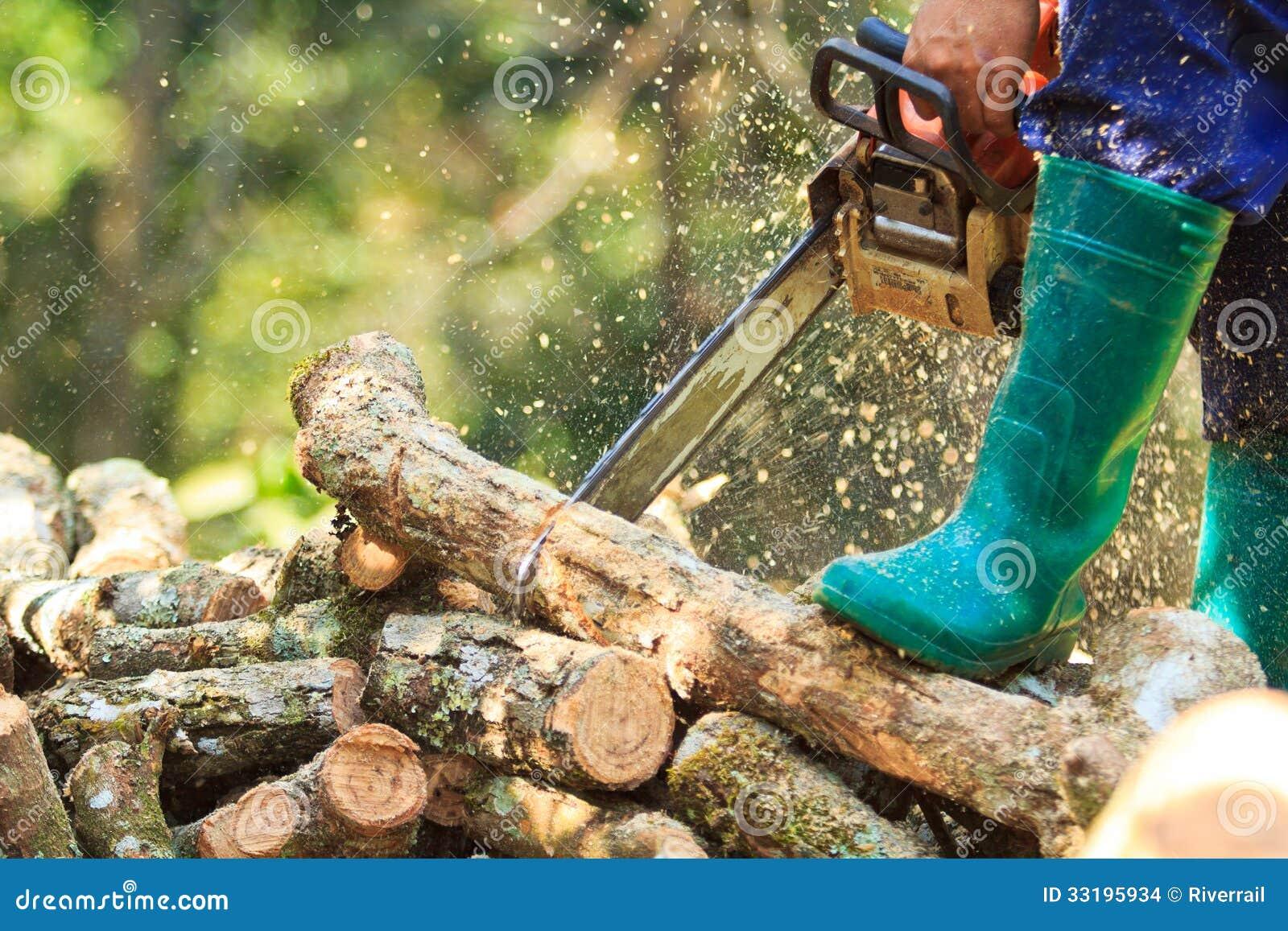 Bois De Chauffage De Coupe D'homme Avec Une Tronçonneuse Images stock Image 33195934 # Coupe Bois De Chauffage
