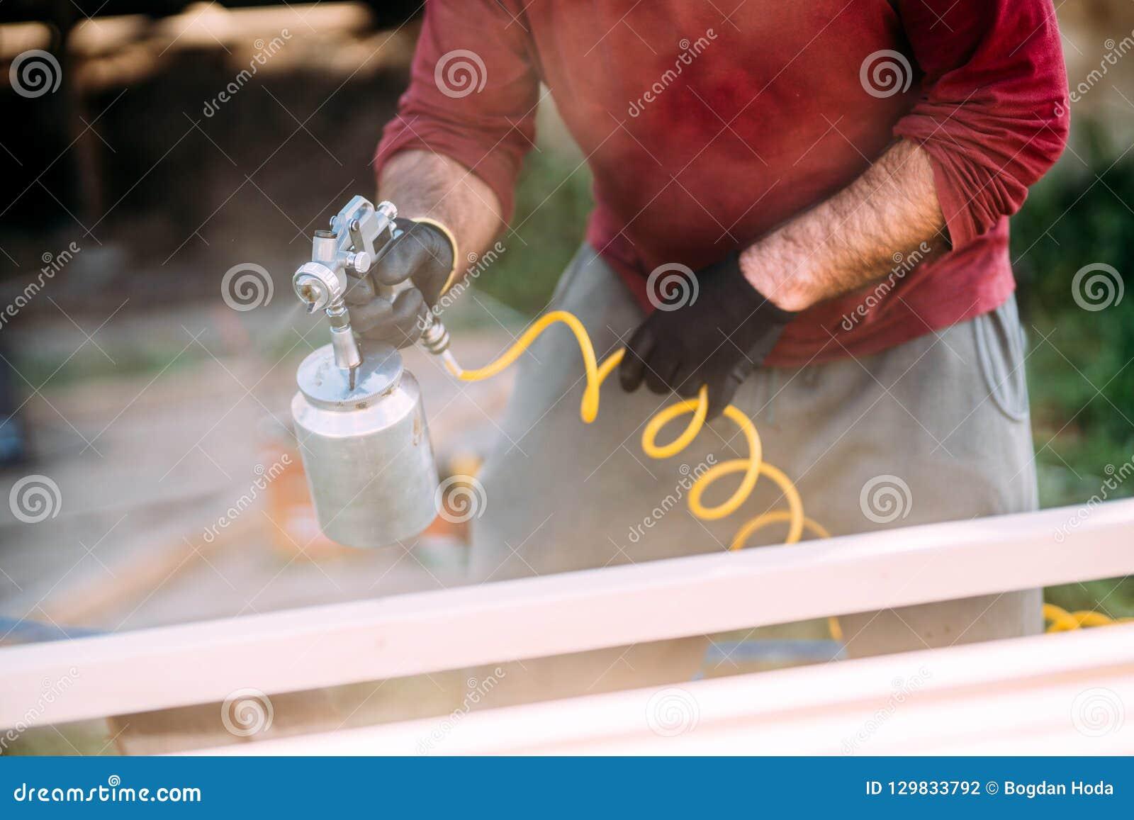 Bois De Construction De Peinture De Travailleur Avec Le