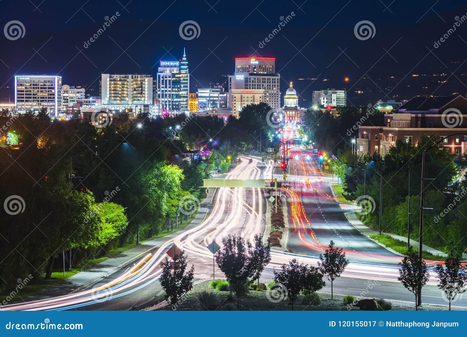 Boise, Idaho, usa 2017/06/15: Boise pejzaż miejski przy nocą z traff