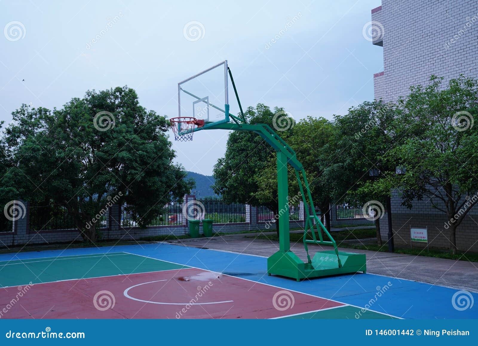 Boisko do koszykówki jest pusty przy nocą