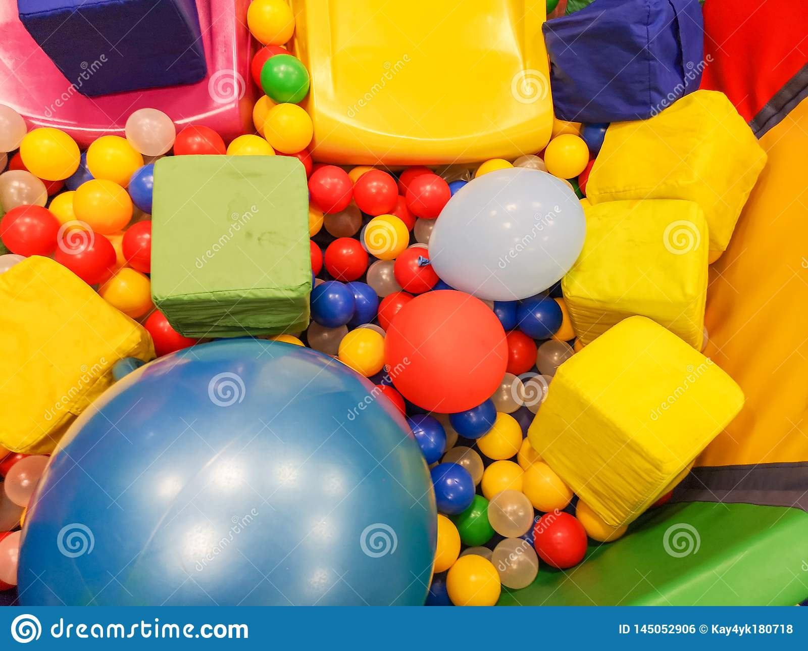 Boisko, dzieci obruszenia, sztuka teren kolorowe plastikowe pi?ki Rozochocony dziecko czas wolny z pi?kami w sztuka basenie, o